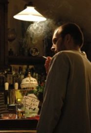 FNV Horeca dreigt met rechtszaak om rookverbod.
